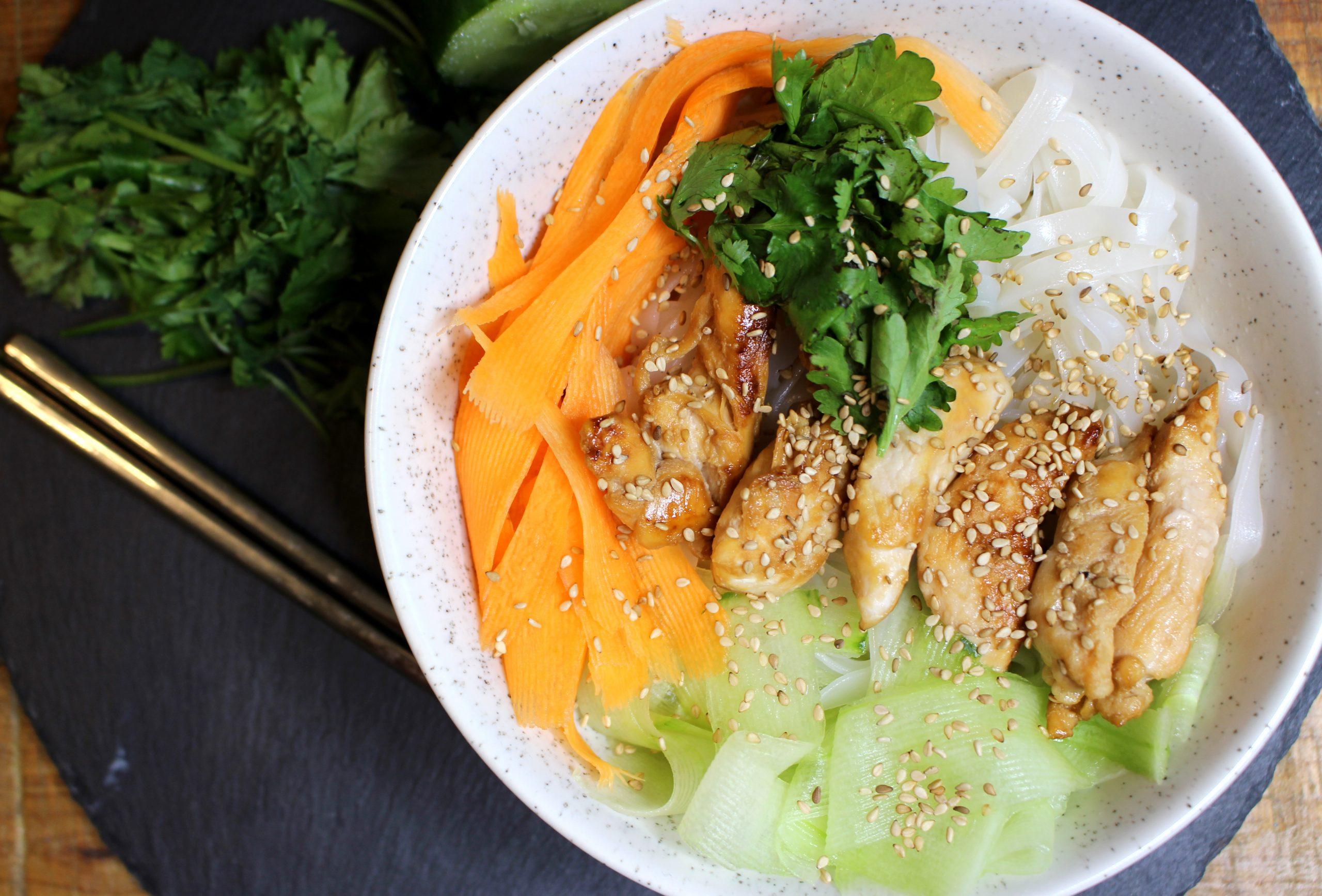 salade thaï aux nouilles de riz, poulet et crudités